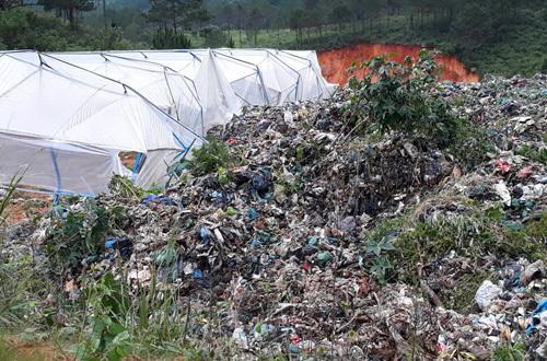 Rác thải từ trên đồi đổ xuống gây hư hỏng nhà kính của người dân. Ảnh: Khánh Hương