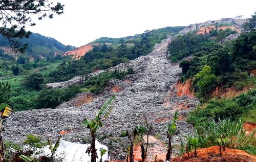Bãi rác trên đỉnh đồitràn xuống kéo dài khoảng một km. Ảnh: Khánh Hương