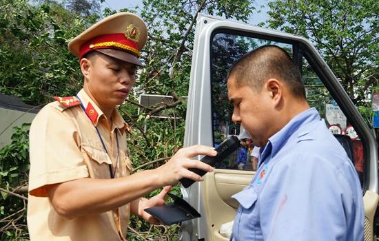 Cảnh sát kiểm tra lái xe sử dụng rượu bia. Ảnh: Gia Chính.