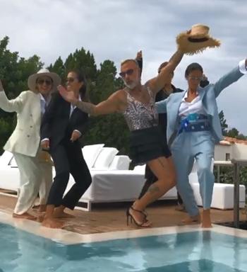 Triệu phú Vacchi mặc trang phục phụ nữ, nhảy múa bên các người mẫu cạnh bể bơi hôm 12/8. Ảnh: Instagram.