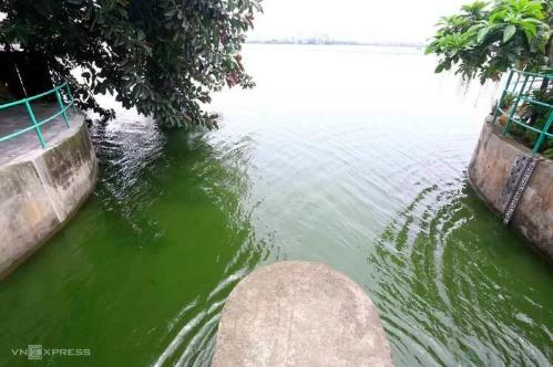 Hai cửa xả ở phố Trích Sài (Tây Hồ) mở cửa xả nước vào sông Tô Lịch sáng 9/7. Ảnh: Bá Đô.