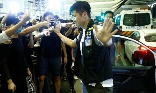 Cảnh sát cố gắng giải tán người biểu tình ở sân bay Hong Kong ngày 13/8. Ảnh: Reuters.