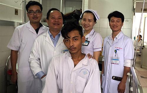 Các y bác sĩ chúc mừng bệnh nhân qua cơn nguy hiểm. Ảnh: Thanh Phong