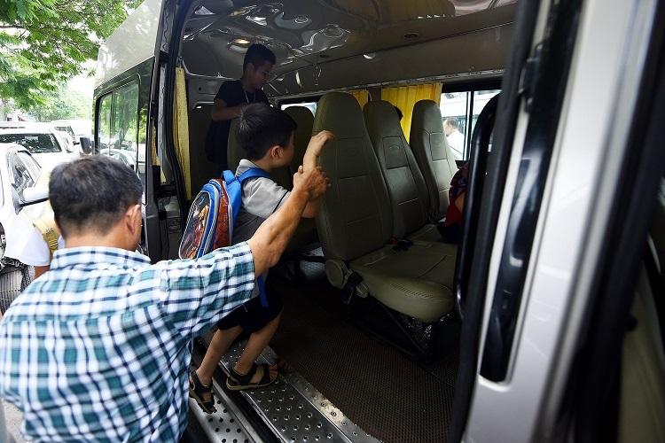 Học sinh lên xe buýt của trường sau giờ học ngày 7/8. Ảnh: Giang Huy