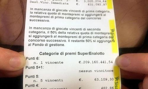 Tờ biên nhận của tấm vé trúng giải độc đắc 234 triệu USD tại quán bar ở Marino, Italy. Ảnh: EPA.
