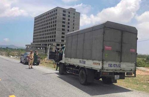 Xe tải chở hàng lậu bị bỏ lại trên quốc lộ. Ảnh: Đ.H