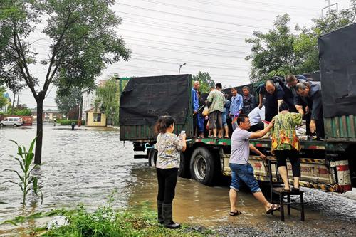 Người dân Sơn Đông, phía đông Trung Quốc,được đưa đi sơ tán hôm 12/8 do bão Lekima. Ảnh: Xinhua.