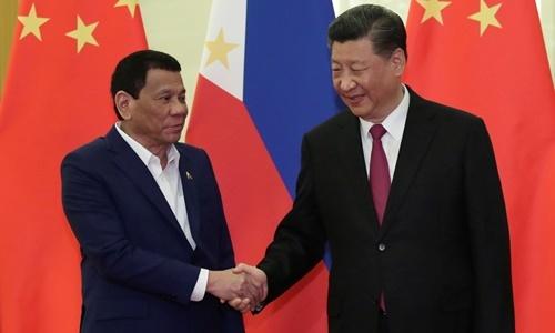 Tổng thống Philippines Rodrigo Duterte bắt tay Chủ tịch Trung Quốc Tập Cận Bình trong chuyến thăm Bắc Kinh hồi tháng 4. Ảnh: Reuters.