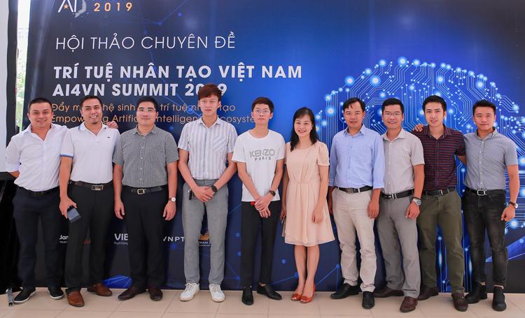 CEO Minet Lê Thanh Định (thứ 5 từ trái) chụp ảnh lưu niệm với Ban giám khảo. Ảnh: Cao Tuấn