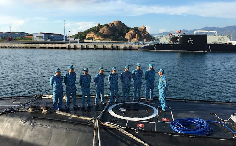 Thuyền phó Trần Văn Phương (ngoài cùng bên phải) đang huấn luyệncác chiến sĩ trên tàu ngầm 184-Hải Phòng. Ảnh: NVCC