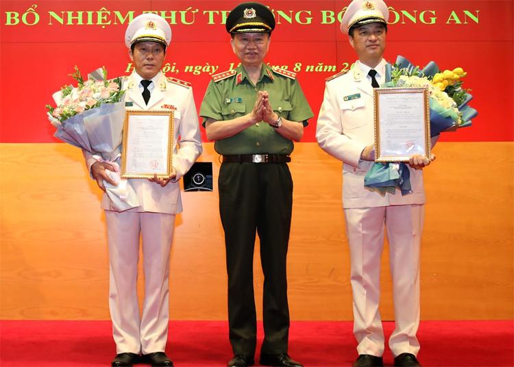 Bộ trưởng Công an trao quyết định bổ nhiệm cho hai tân thứ trưởng. Ảnh: Trần Xuân