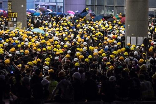 Người biểu tình Hong Kong tập trung bên ngoài cơ quan lập pháp đêm 1/7. Ảnh: AFP.