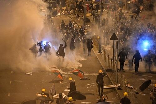 Cảnh sát Hong Kong phun hơi cay giải tán người biểu tình bên ngoài cơ quan lập pháp rạng sáng nay. Ảnh: AFP.