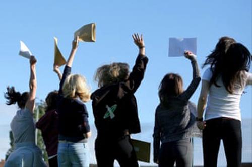 Giới trẻ Anh thích học nghề hơn theo đuổi đại học. Ảnh:The Guardian