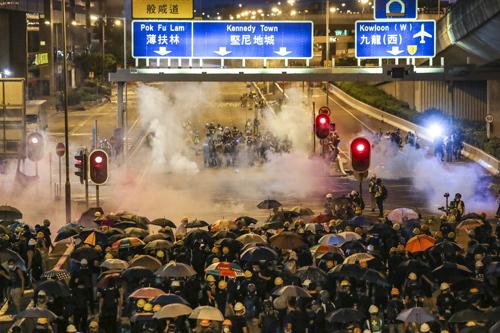 Người biểu tình Hong Kong đụng độ cảnh sát khi họ hướng tới Văn phòng Liên lạc Bắc Kinh hôm 28/7. Ảnh:SCMP.