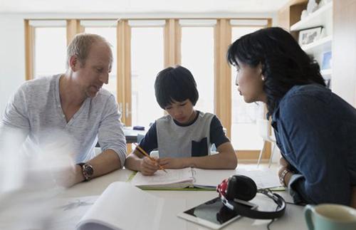 Bố mẹ nên thống nhất các quy tắc dạy con. Ảnh: VerywellFamily