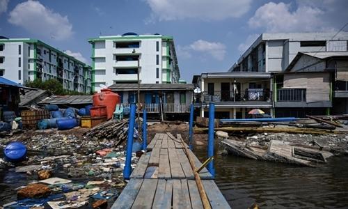 Nhà cửa chìm dưới mực nước biển ở phía bắc Jakarta hôm 12/6. Ảnh: AFP.