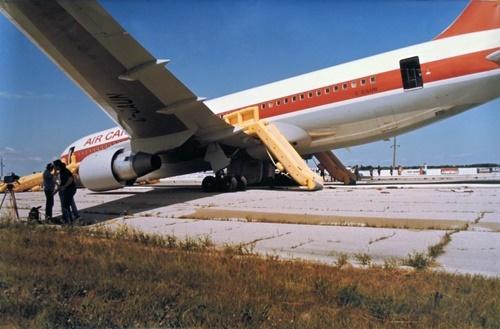 Chiếc Boeing 767-233 của hãng Air Canada hạ cánh khẩn cấp tại sân bay khu công nghiệp Gimli, tỉnh Manitoba, tháng 7/1983. Ảnh: Timeline.
