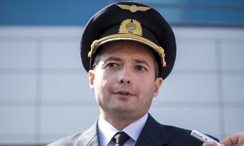 Phi công Damir Yusupov trả lời phóng viên tại thành phố Yekaterinburg, Nga hôm nay. Ảnh: AP.