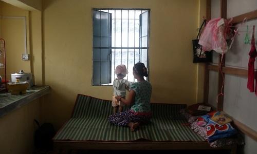 Nu Nu Aye và con gái tại trung tâm bảo vệ phụ nữ bị bạo hành của một tổ chức phi chính phủ ở thành phố Dawei, Myanmar, ngày 14/5. Ảnh: Reuters.