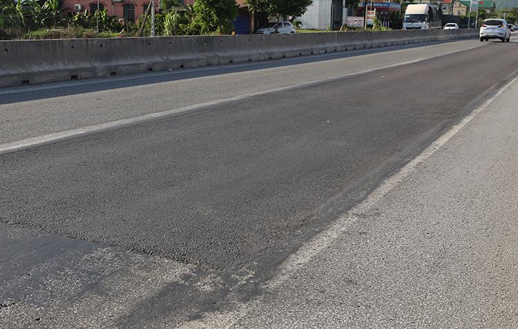 Một đoạn mặt đường đã được nhà thầu thảm lại. Ảnh: Nguyễn Hải.