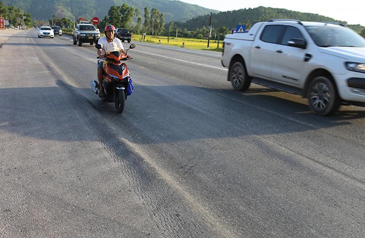 Vết lún bánh xe trên quốc lộ 1A địa phận huyện Diễn Châu chiều 15/8. Ảnh: Nguyễn Hải.