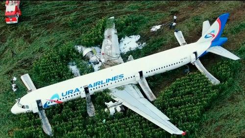 Hiện trường vụ máy bay Ural Airlines hạ cánh bằng bụng hôm 15/8. Ảnh: TASS.