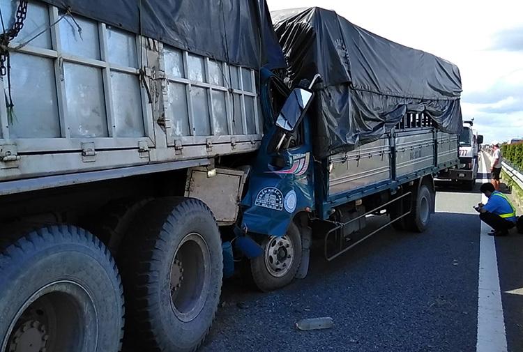 Cabin xe tải dúm dó sau va chạm, tài xế tử vong. Ảnh: An Nam