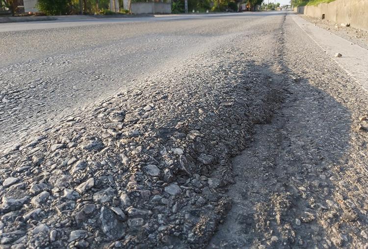 Bê tông nhựa dồn ứ tạo vồng khoai cao hơn 5 cm trên mặt đường. Ảnh: Nguyễn Hải.