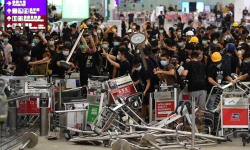 Người biểu tình tại sân bay Hong Kong ngày 13/8. Ảnh: AFP.