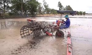 Máy cào đất đa năng của thợ cơ khí miền Tây