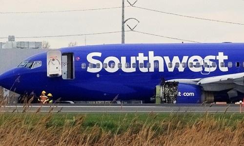 Máy bay của Southwest Airlines bị hư hỏng sau khi hạ cánh khẩn cấp tháng 4/2018. Ảnh: Reuters.