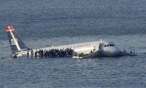 Chiếc Airbus A320 của hãng hàng không US Airways hạ cánh trên sông Hudson sau khi gặp sự cố hồi năm 2009. Ảnh: Reuters.