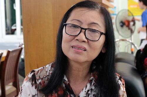 Bà Đào Thị Thư làm thủ tục xét tuyển tại trường Đại học Văn Hiến. Ảnh: Lê Anh.