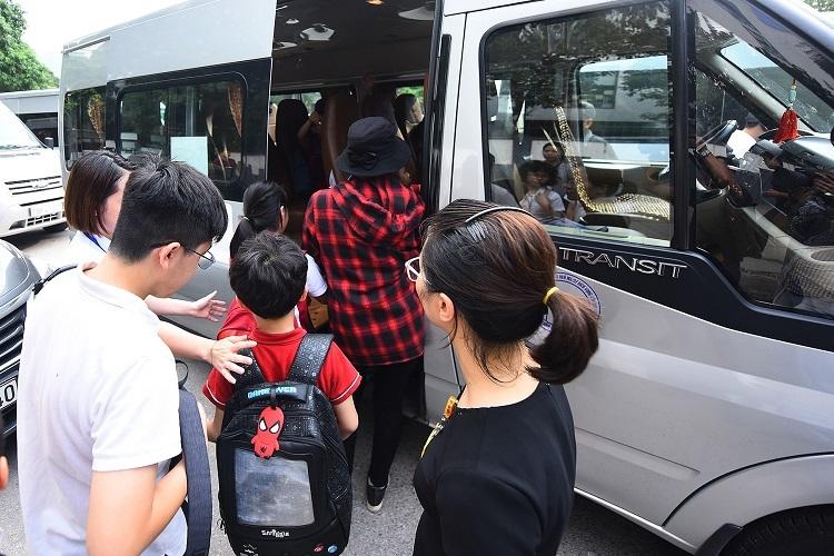 Học sinh lên xe đưa đón sau giờ học ở trường Gateway (Cầu Giấy, Hà Nội). Ảnh: Giang Huy