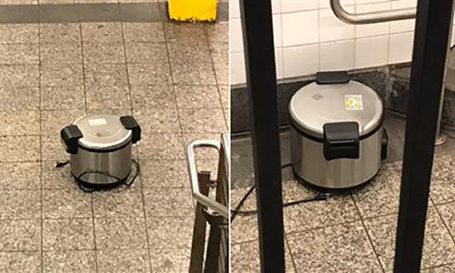 Hai chiếc nồi cơm điện ở ga Fulton. Ảnh: Cảnh sát New York.
