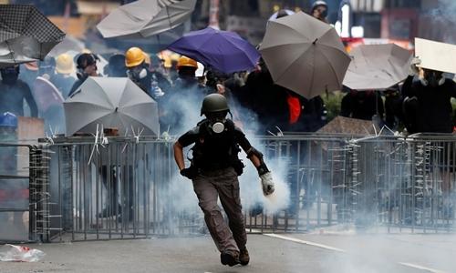 Người biểu tình tại Sham Shui Po, Hong Kong ngày 11/8. Ảnh: Reuters.