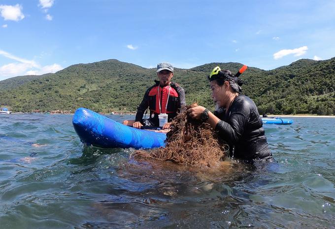 Chèo Sup vớt rác dưới rạn san hô ở bán đảo Sơn Trà