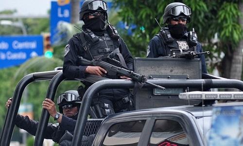 Cảnh sát Mexico thực hiện nhiệm vụ ở Acapulco,bang Guerrero, tháng 10/2016. Ảnh: Reuters.