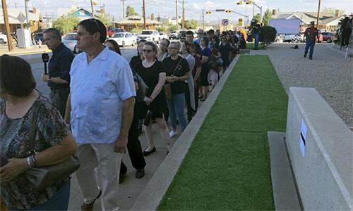Hàng trăm người ngày 16/8 tới dự đám tang nạn nhân vụ xả súng tại El Paso dù không quen nạn nhân. Ảnh: AP.