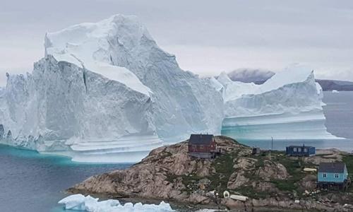 Một tảng băng trôi gần ngôi làng Innarsuit thuộc vùng Avannaata, tây bắc Greenland. Ảnh: AFP.