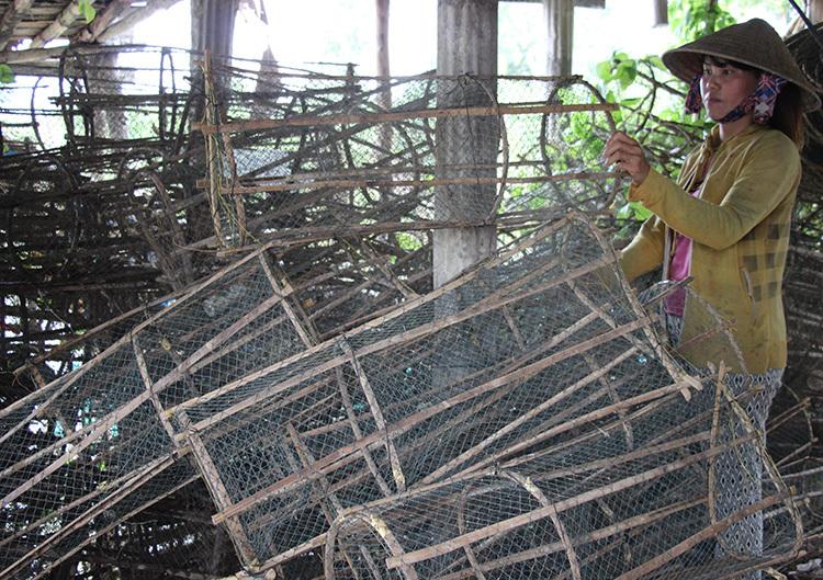 400 cái lợp của gia đình anh Phước phải bỏ hư hại vì sông ít cá. Ảnh: Hoàng Nam