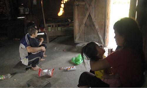 Một cặp vợ chồng ở xã Phước Năng tảo hôn có hai người con. Ảnh: Đắc Thành.