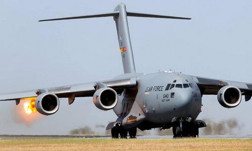 Động cơ máy bay C-17 Mỹ khạc lửa sau khi hút phải chim. Ảnh: Aviationist.