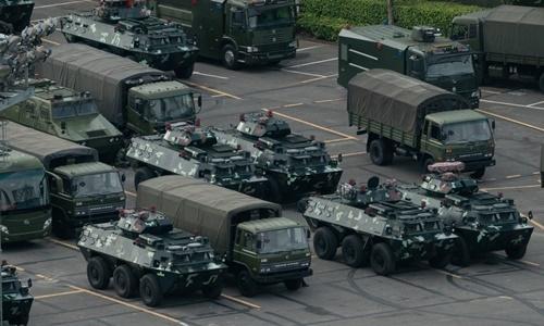 Xe bọc thép chở quân và xe tải được nhìn thấy tập trung tại một sân vận động ở thành phố Thâm Quyến, tỉnh Quảng Đông, Trung Quốc, ngày 16/8. Ảnh: AFP.