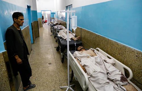 Các nạn nhân vụ đánh bom được điều trị tại bệnh viện ở Kabul, Afghanistanhôm nay.