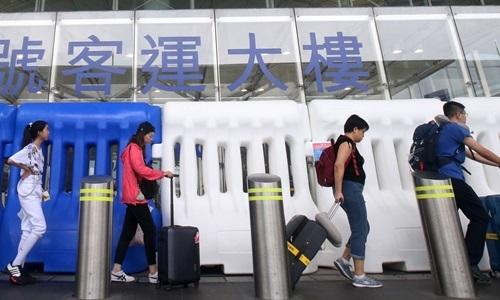 Hàng rào trước cửa sân bay Hong Kong ngày 17/8. Ảnh: SCMP.