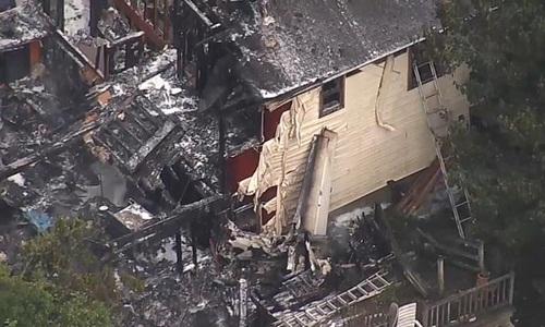 Hiện trường ngôi nhà tại New York, Mỹ bị cháy đen sau cú đâm của chiếc máy bay. Ảnh: NBC.