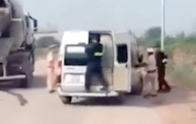 CSGT và cảnh sát cơ động bám đuổi theo xe 16 chỗ bỏ chạy. Ảnh cắt từ clip