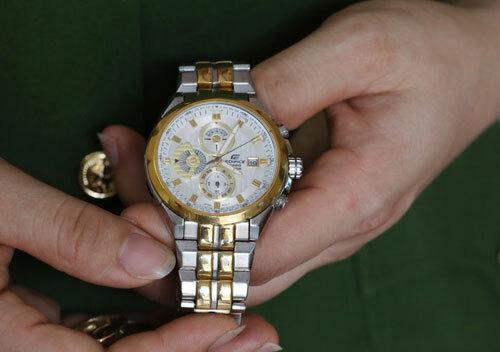 Chiếc đồng hồ dừng lại ở 4h5p ngày 19/7, thời khắcanh Chiêm hy sinh. Món quà chị Hiếu tặng chồng dịp sinh nhật trước đó một tháng. Ảnh: Ngọc Thành.